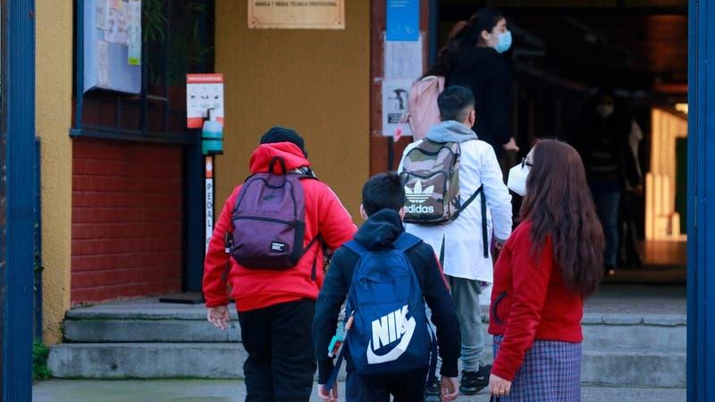 Minsal asegura que brotes en colegios y liceos sólo son el 2% de los casos activos del país