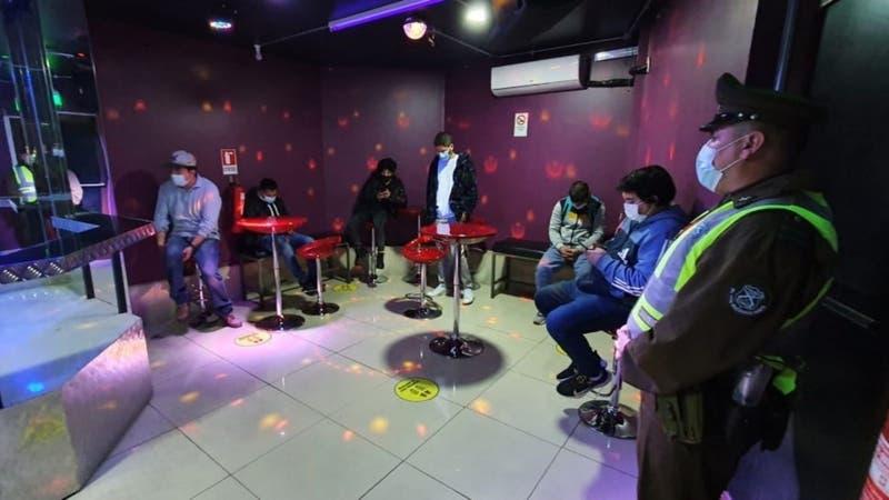 Sin distanciamiento social: Detienen a 15 personas al interior de café con piernas en Santiago