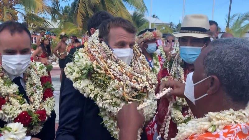[VIDEO] ¿Exceso de cariño? Macron se transforma en meme por cálida bienvenida en la Polinesia