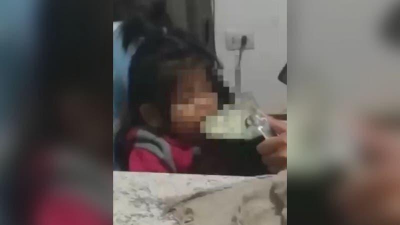 Niña de 3 años resulta intoxicada luego de que su mamá le diera alcohol en Argentina