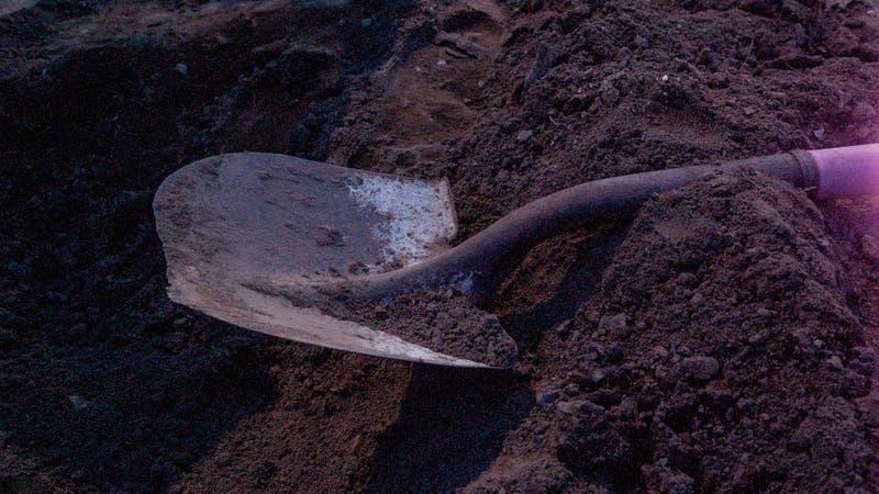 Familia descubre el cuerpo de una mujer enterrado en el patio de la casa que arriendan