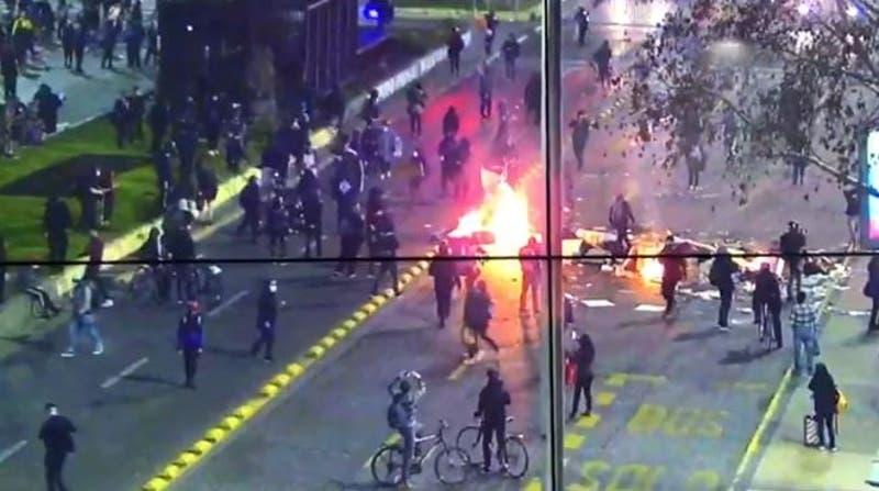 Desvíos de tránsito en la Alameda por manifestaciones sociales y desmanes