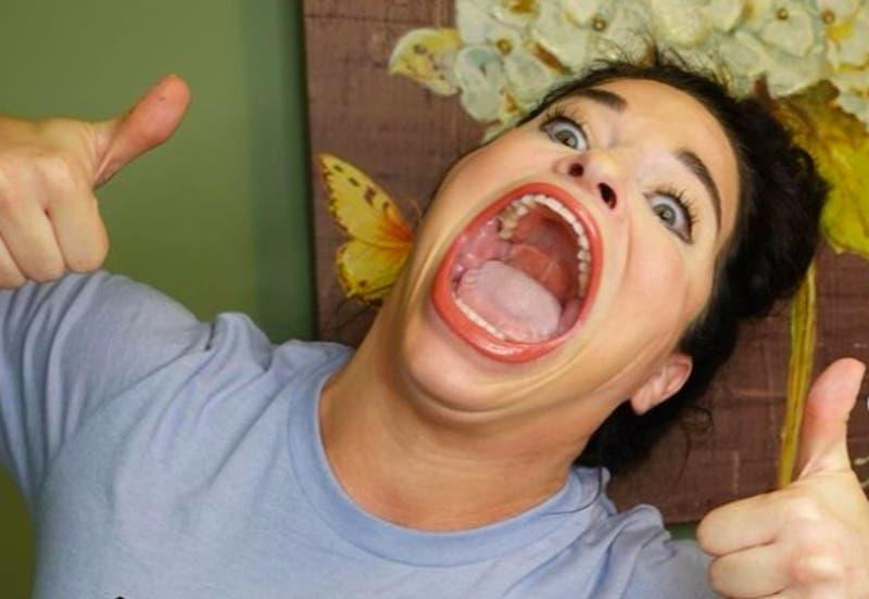 Mujer rompe el Guiness por la boca más grande del mundo