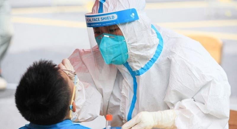China realiza testeos masivos y dicta nuevas restricciones por brotes de coronavirus