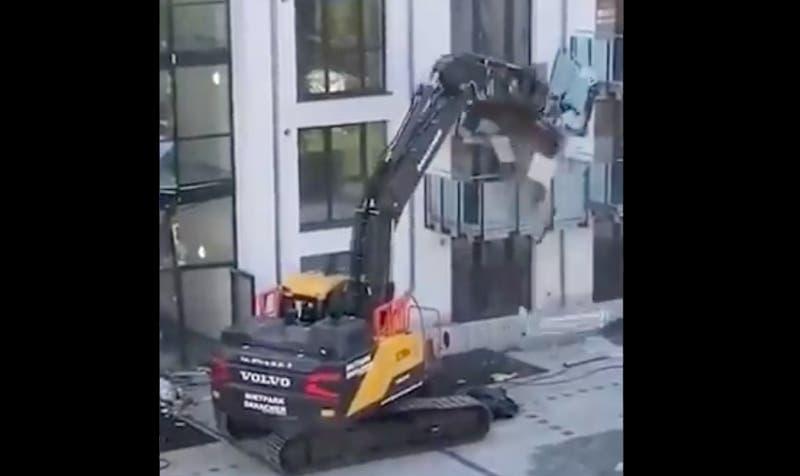 Contratista alemán destruyó con una excavadora el edificio que construyó porque no le pagaron