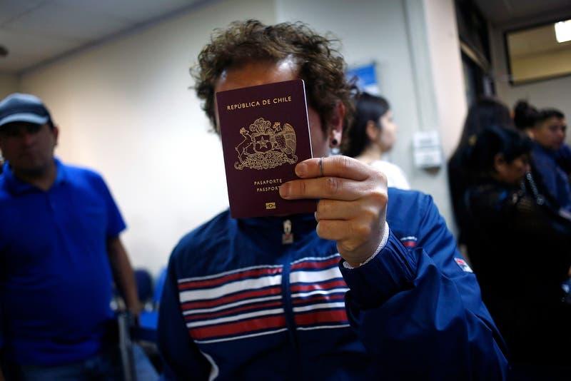 Precios de pasaporte y carnet bajarían a la mitad con nuevo proceso de licitación