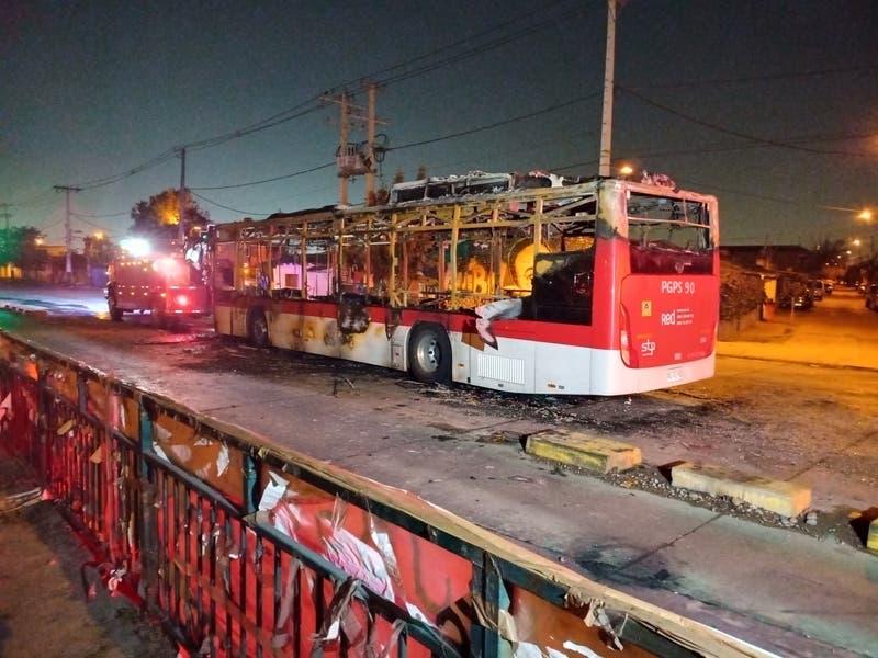 Bus del transporte público resulta completamente quemado por encapuchados