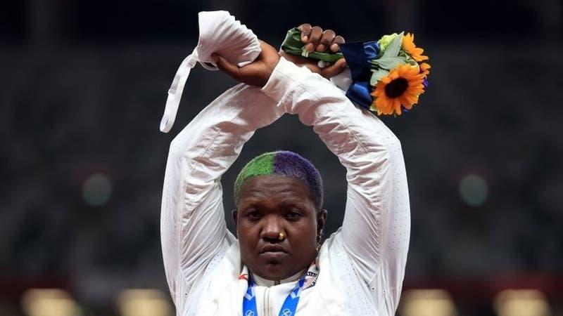 Qué significa la protesta de la atleta estadounidense que cruzó los brazos tras recibir su medalla