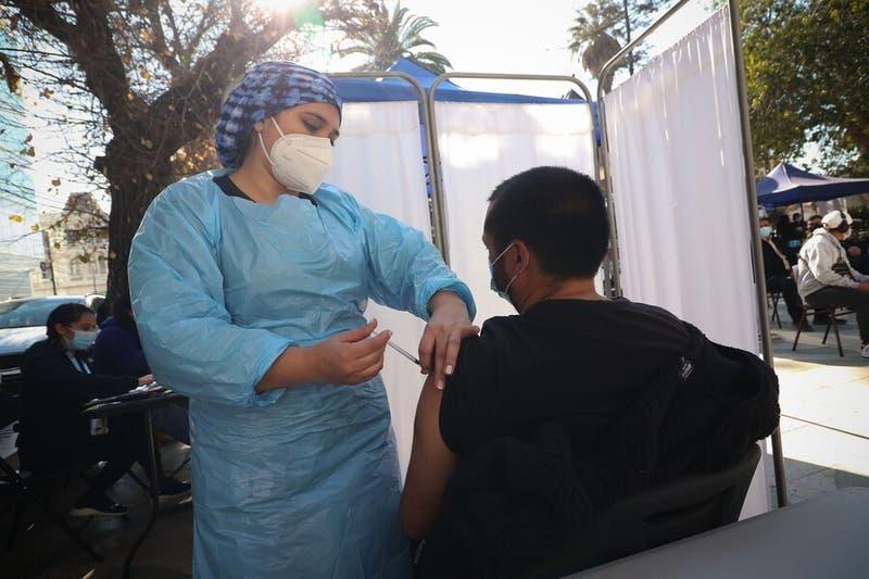 Vacunación en Chile: Baja prevención de contagio pero se mantiene protección contra cuadros graves