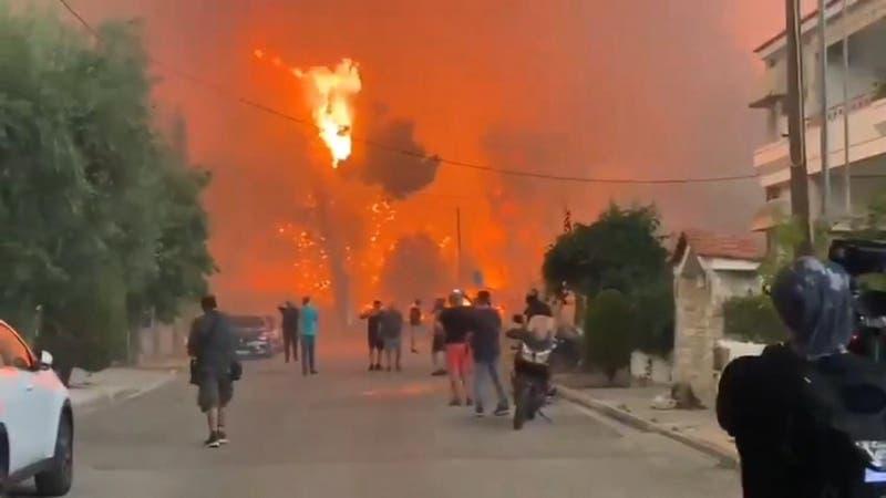 Gran incendio amenaza a Atenas, mientras Grecia enfrenta una histórica ola de calor