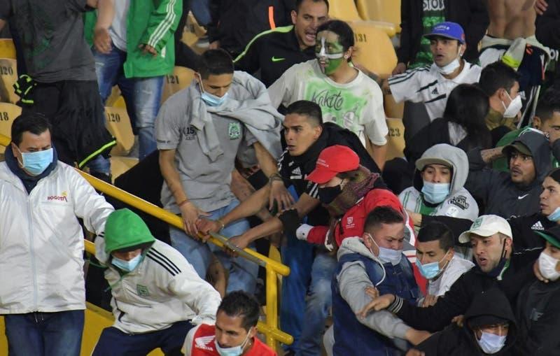 [VIDEO] Graves incidentes entre hinchas en regreso de público a los estadios en Colombia