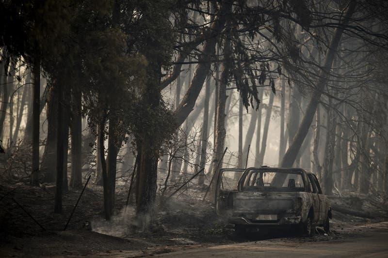 """""""La noche fue un infierno"""": los vecinos de Varympompi se enfrentan al """"desastre"""" del fuego en Grecia"""