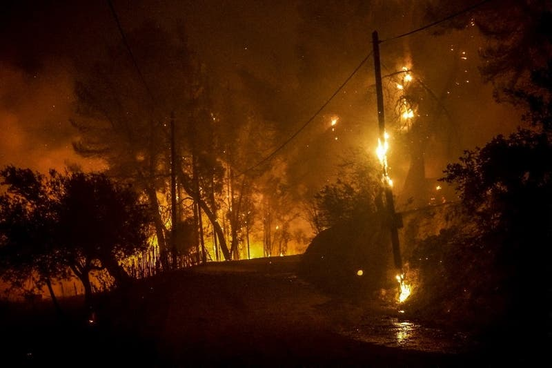 Bomberos griegos luchan contra dos incendios en Olimpia y la isla de Eubea