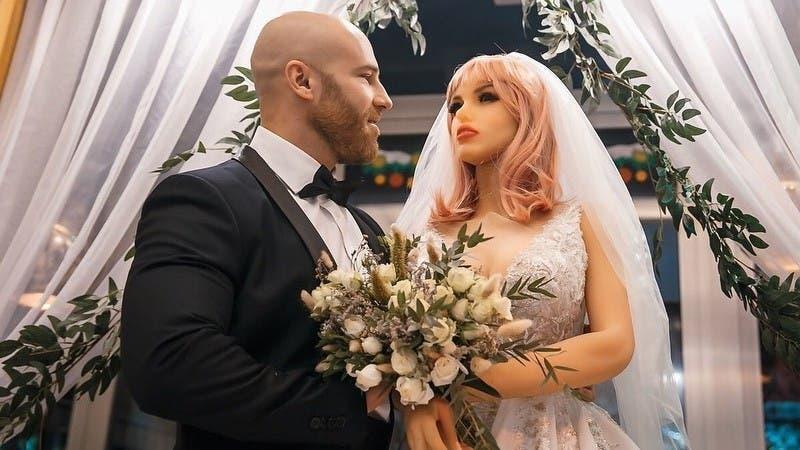 Ruso que se casó con una muñeca sexual se divorció: Le fue infiel con otras dos