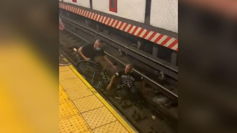 [VIDEO] Hombre en silla de ruedas cae a vías del metro segundos antes de que pase el tren