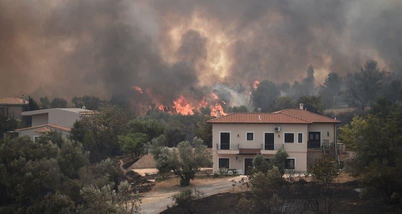 Grecia confirma su primer muerto por los gigantescos incendios