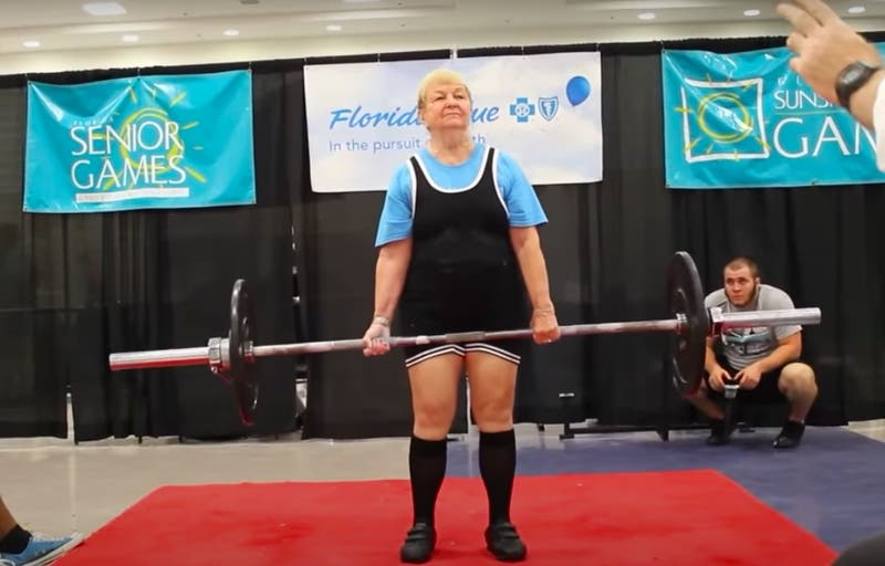 Mujer de 99 años es la levantadora de pesas activa más longeva del mundo