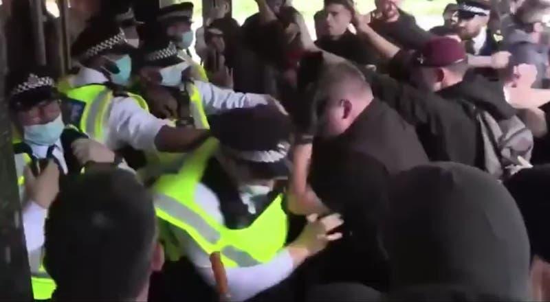 Antivacunas atacan centro de noticias de la BBC en medio de protestas