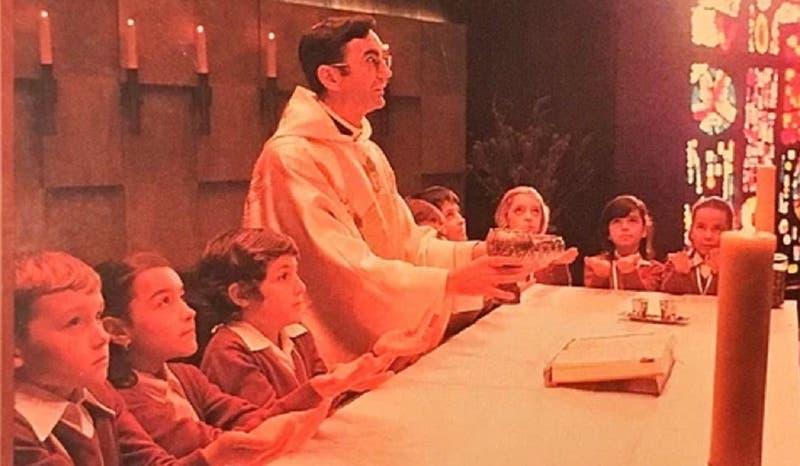 """""""Tú has venido a la orilla"""": sacerdote famoso por componer canciones de misa es acusado de abusos"""