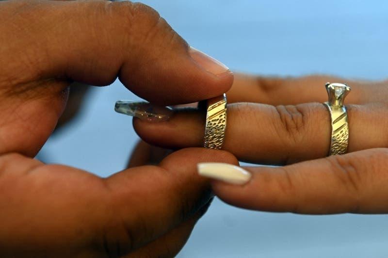 Novio da positivo por COVID-19 antes de la boda y su pareja se las arregla para concretar ceremonia