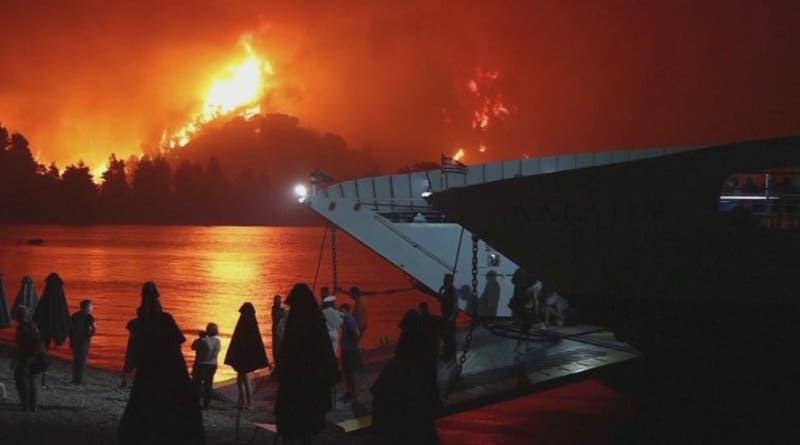 Dramática evacuación de isla griega por incendios