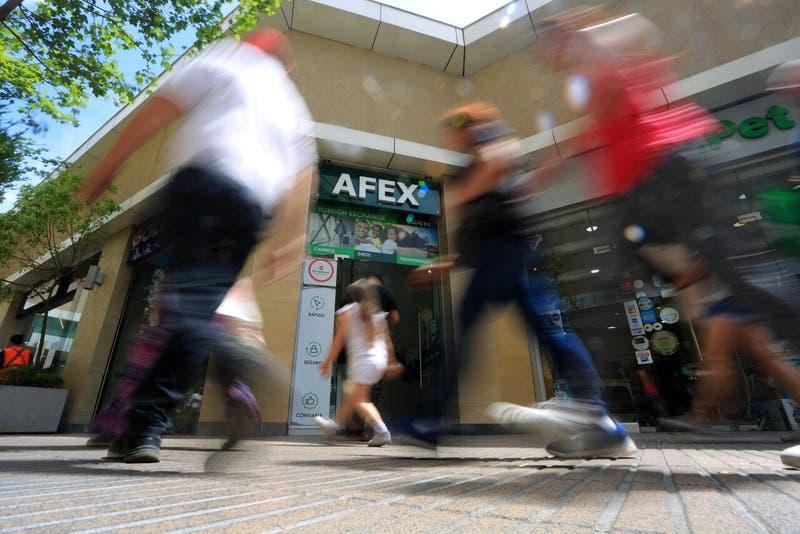Tensión por el cuarto retiro se siente en el mercado: el peso y la bolsa los afectados