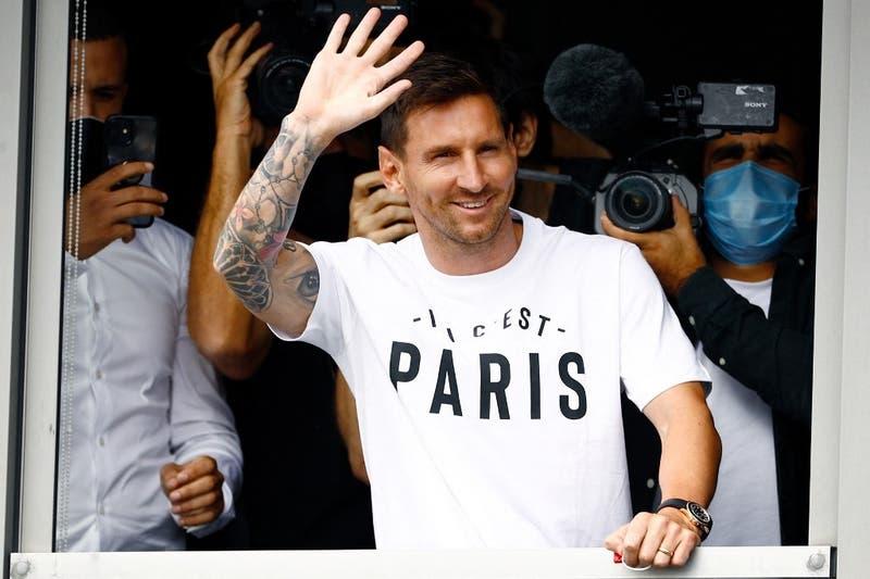 Lionel Messi llega a París y es recibido por un centenar de hinchas del PSG