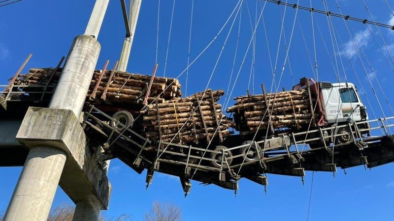 [FOTOS] Camión con madera queda colgando en pasarela de Carahue tras intentar cruzar la estructura