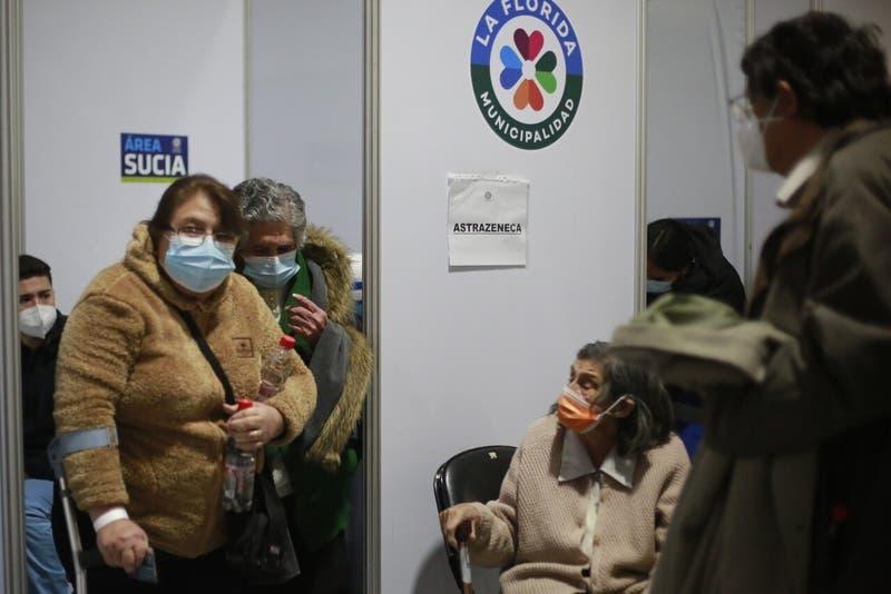 Largas horas de espera y desmayos en primera jornada de vacunación de tercera dosis
