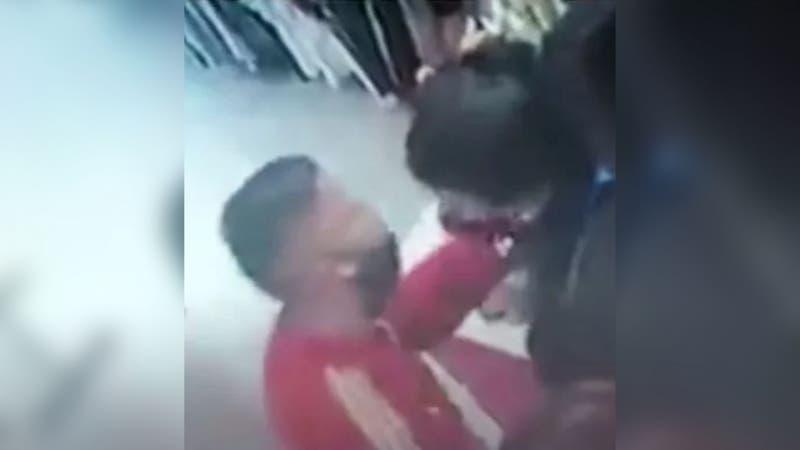 Insólito: Ladrón roba en local comercial y besa a cajera para que no lo descubran