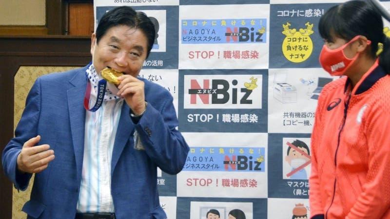 La atleta olímpica que recibirá una nueva medalla después de que un alcalde mordiera la suya