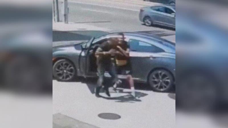 [VIDEO] Ladrón intenta robar auto a luchador de la UFC: Miren cómo le fue