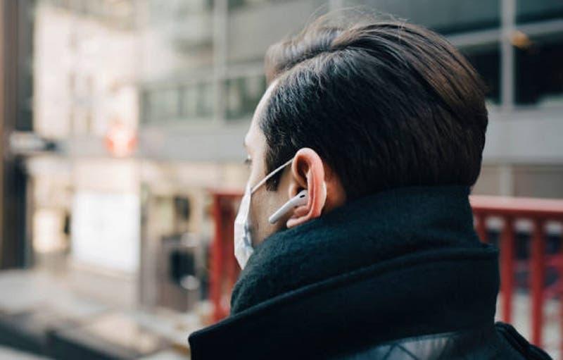 Hombre muere tras explotarle sus audífonos Bluetooth mientras los usaba