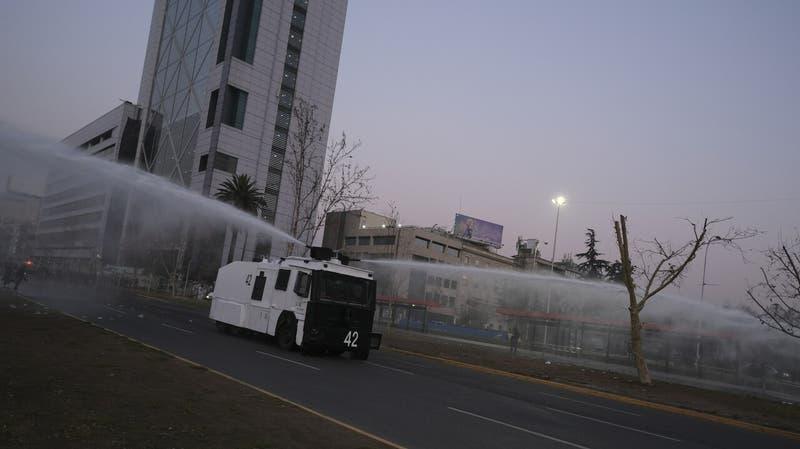 Manifestaciones en Plaza Baquedano: Carabineros confirma 11 detenidos