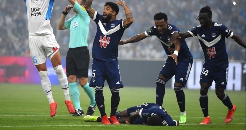 Jugador del Bordeaux se desmayó en pleno partido ante el Marsella de Sampaoli
