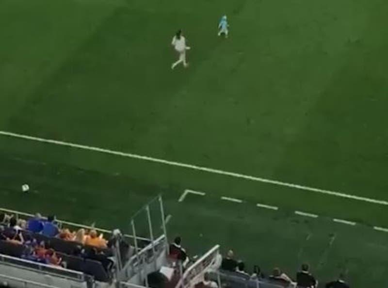 [VIDEO] ¡Era roja!: Niño se escapa de su madre en pleno partido de MLS y la mamá lo barre por detrás