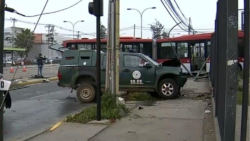 Tres heridos tras choque entre bus de transporte público y vehículo de Gendarmería en San Miguel