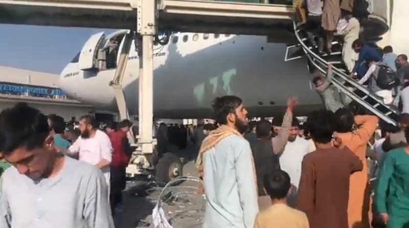 Caos en Kabul: difunden imágenes que mostrarían a afganos cayendo de avión en intento por escapar