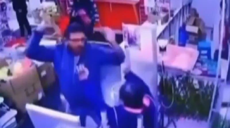 Revelan imágenes de incidente donde trabajador cercernó mano a cliente en mall chino de Recoleta