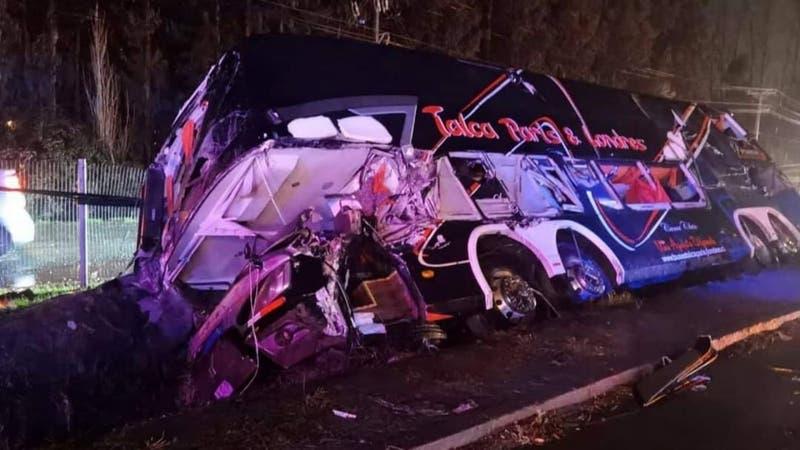 Accidente deja un bus volcado en Ruta 5 Sur a la altura de Teno