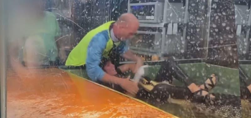 [VIDEO] Instantes de terror: Cocodrilo ataca a su cuidadora en zoológico en plena fiesta infantil