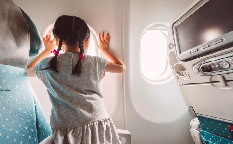 Madre denuncia que fue bajada del avión porque su hija no usó mascarilla: le ofrecieron pegamento
