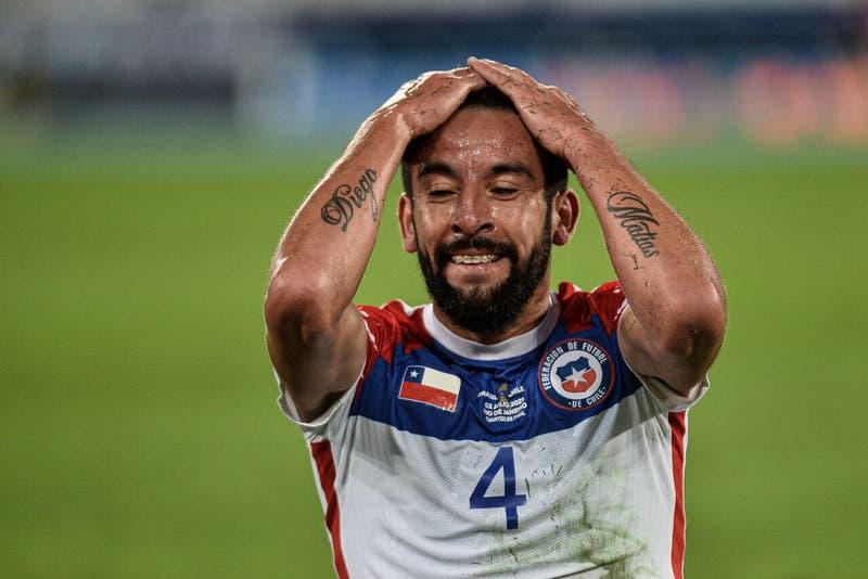 Preocupación por malestares físicos de Mauricio Isla: ¿Llega a los partidos con La Roja?