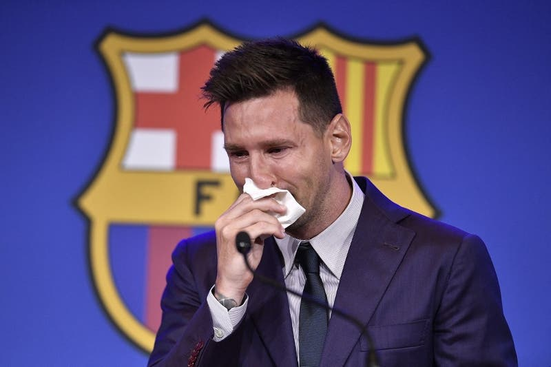 Piden un millón de dólares: subastan el pañuelo que Messi habría usado en su despedida del Barcelona