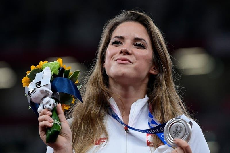 """Atleta polaca subasta medalla que ganó en Tokio 2020 para """"salvar la vida"""" de un bebé de 8 meses"""
