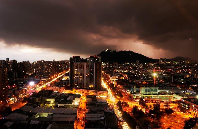 Reportan tormenta eléctrica en distintas comunas de la región Metropolitana