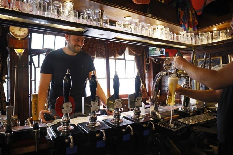 Hombre demanda a bar por dejarlo emborracharse y consigue indemnización de más de $4mil millones