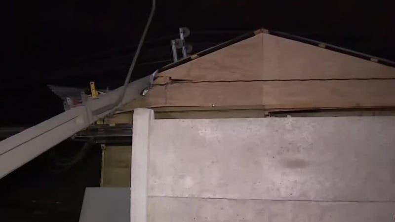 Insólito: Camión arrasó con 24 postes de alumbrado público y dejó varias casas sin luz en Maipú