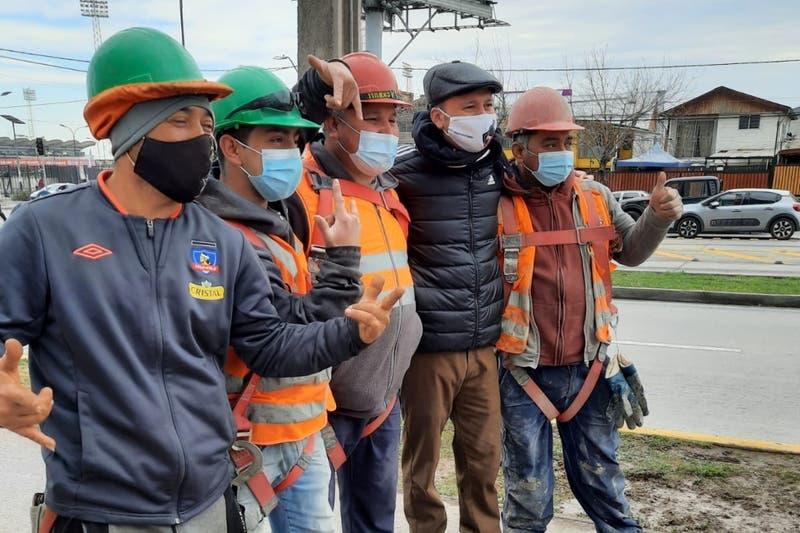 Presidente de Colo Colo sorprende a obreros que alentaron al equipo desde edificio en construcción