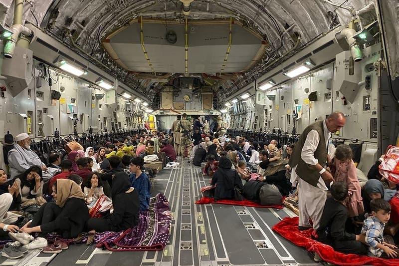 Avión de EEUU partió abarrotado de Afganistán con un récord de 823 pasajeros